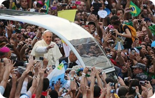 Papa e a multidao_BR2013