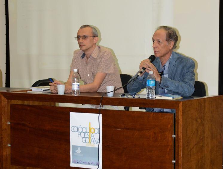 Ao lado do poeta Edmar Guimarães, pronunciando minha alocução aos jovens poetas